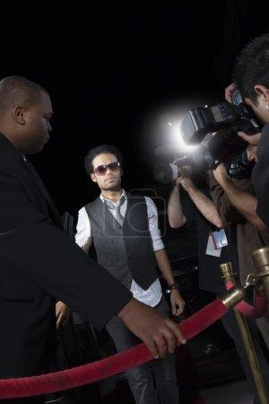 Célébrité masculine en arrivant à l'événement médiatique