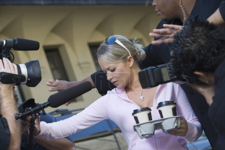 Foto de Celebridad femenina y guardaespaldas cerca de paparazzi - Imagen libre de derechos