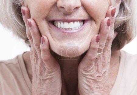Photo pour Bouchent la vue sur les prothèses dentaires seniors - image libre de droit