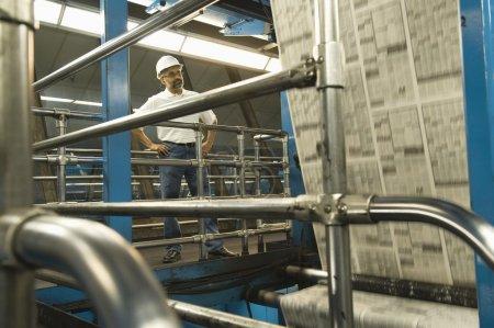Mann auf Zeitungsfabrik