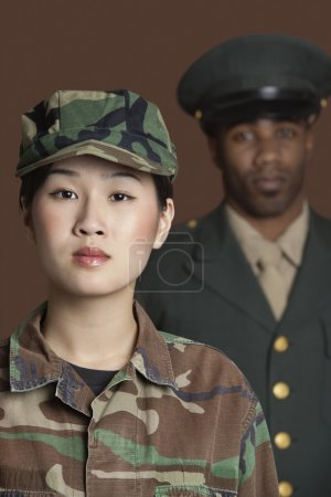 Photo pour Portrait d'une jeune femme soldat du Corps des Marines avec un officier debout en arrière-plan - image libre de droit