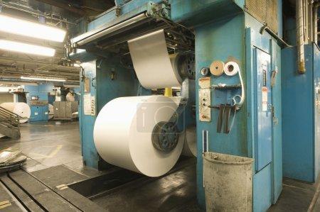 Riesige Papierrollen in Zeitungsfabrik