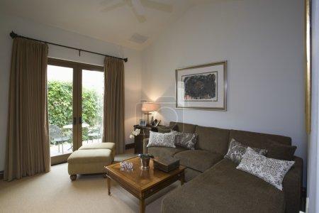 Photo pour Palm springs salon avec canapé d'angle marron - image libre de droit