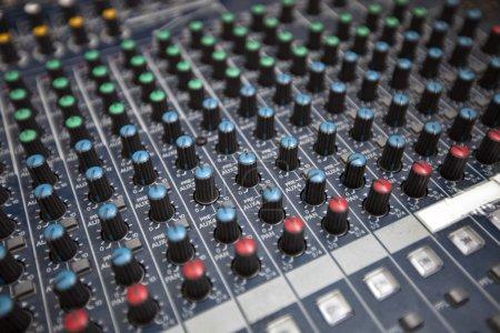 Photo pour Gros plan du matériel d'enregistrement sonore en studio - image libre de droit