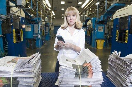 Frau in Zeitungsfabrik