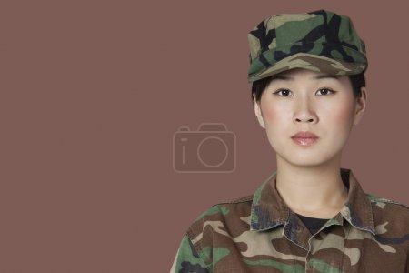 Photo pour Portrait de beau jeune soldat du Corps des Marines sur fond brun - image libre de droit