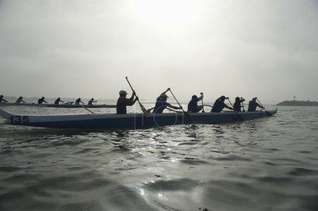 Photo pour Équipes d'Outrigger canoë sur l'eau - image libre de droit