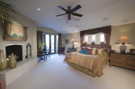 Photo pour Ventilateur de plafond est spacieuse chambre de palm springs - image libre de droit