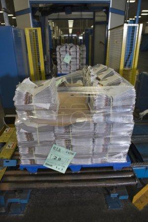 Stapel Zeitungen in Fabrik