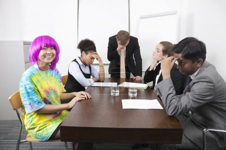 Müde multiethnische Geschäftsleute