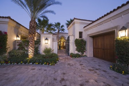 Photo pour Allée lumineuse extérieure de la maison de Palm Springs - image libre de droit