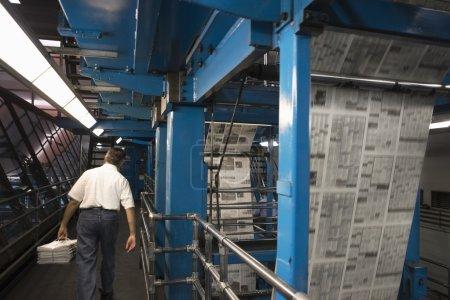 Mann arbeitet an Fabrik