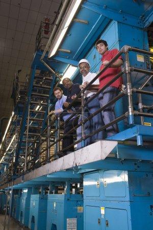 Arbeiter in der Zeitungsfabrik