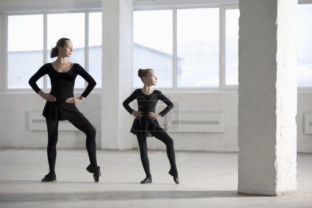 Photo pour Les danseuses avec les mains sur les hanches dans la classe de danse moderne - image libre de droit