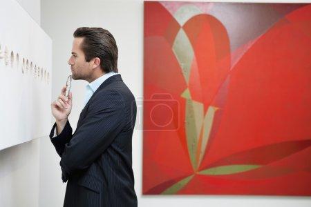 Foto de Vista de perfil de joven en el Museo de arte - Imagen libre de derechos