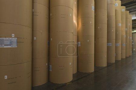 Papierrollen auf Fabrik