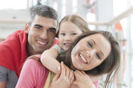 Foto de Joven familia feliz en centro comercial - Imagen libre de derechos