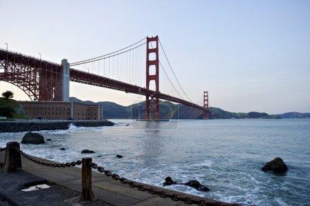 Photo pour Perspective de faible angle pont Golden gate - image libre de droit