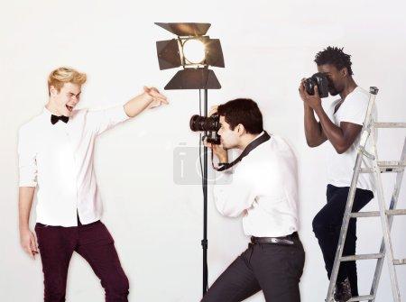 Photo pour Paparazzi prendre des photos de l'acteur masculin sur fond blanc - image libre de droit
