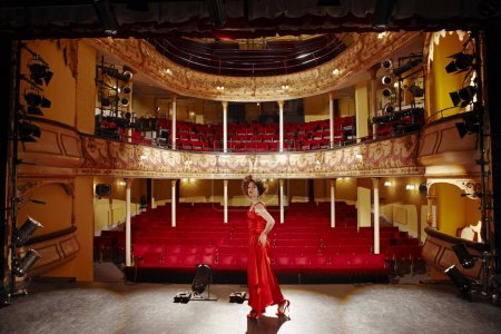 Photo pour Femme jeune actrice sur scène de théâtre - image libre de droit