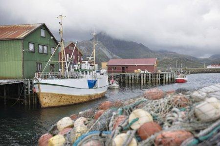 Photo pour Bateau de pêche amarré sur les îles Lofoten Norvège - image libre de droit