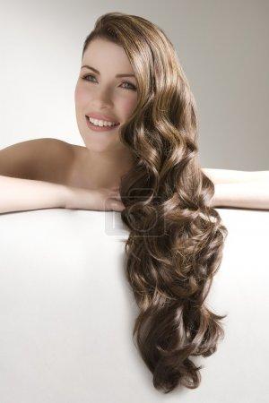 Photo pour Femme avec les cheveux longs bruns ondulés - image libre de droit