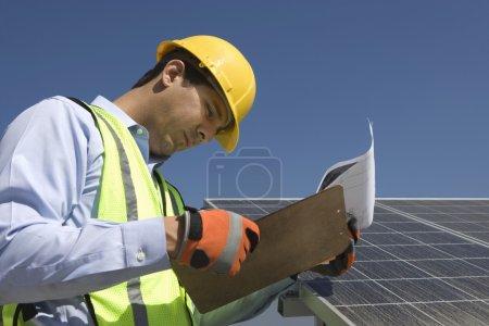 Foto de Trabajador de mantenimiento con arreglo fotovoltaico en Los Ángeles, California - Imagen libre de derechos
