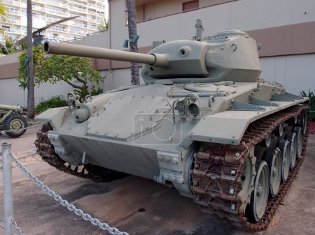 Photo pour US Light Tank, M24 exposé au musée de l'armée à Waikiki, Hawaï. Le M24 a été utilisé pour le dépistage et la reconnaissance à la fin de la Seconde Guerre mondiale. Il a monté un canon principal de 75 mm et trois mitrailleuses derrière 1 'd'armure. Deux moteurs Cadillac V-8 ont roulé - image libre de droit