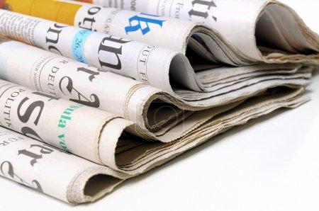 Foto de Varios periódicos sobre fondo blanco - Imagen libre de derechos