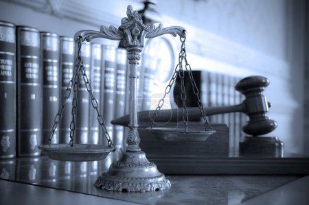 Photo pour Symbole du droit et la justice sur la notion de table, droit et justice, mettant l'accent sur le ton de balances, bleu - image libre de droit