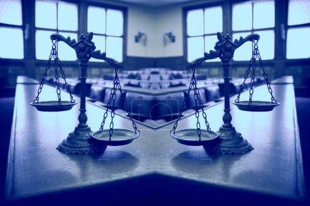 Photo pour Deux échelles de justice dans la salle d'audience vide, concept de deux poids deux mesures en justice, ton bleu - image libre de droit