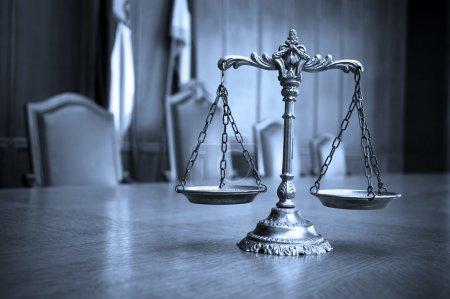 Photo pour Symbole du droit et de la justice, concept de droit et de justice, mise au point sur les échelles, ton bleu - image libre de droit
