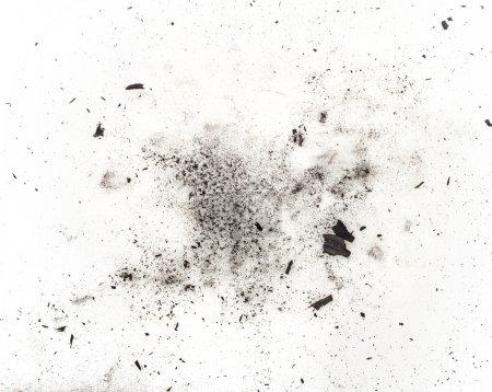 Photo pour Particules de charbon sur fond blanc. Produits cosmétiques Placer - image libre de droit