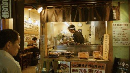 Foto de Tokio, Japón - 06 de julio de 2006: los hombres va al mostrador de comida rápida tradicional en el centro de Tokio. estos pequeños contadores son muy populares hasta ahora porque ofrecen muchas - Imagen libre de derechos