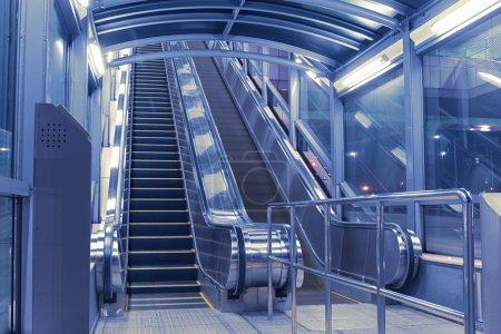 Photo pour Entrée de la salle des escaliers mécaniques avec éclairage de nuit - image libre de droit