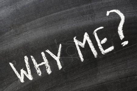 Photo pour Pourquoi moi ? Question manuscrite sur le tableau noir de l'école - image libre de droit