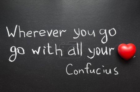 Photo pour Célèbre citation de confucius « wherever you go, aller de tout votre cœur » écrit à la main sur le tableau noir - image libre de droit