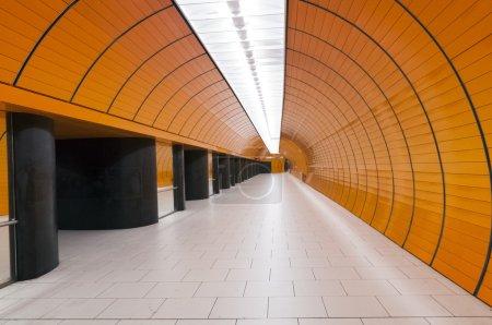 Photo pour Intérieur de couloir souterrain moderne avec plafonnier - image libre de droit