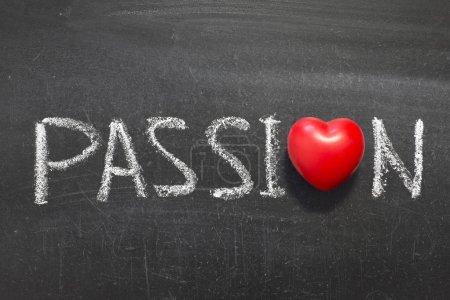 Photo pour Mot passion écrit à la main sur un tableau avec symbole de coeur au lieu de - image libre de droit