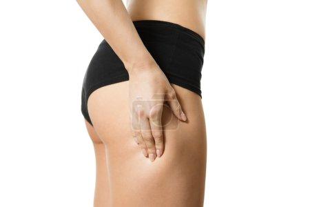 Photo pour Jeune femme avec la main sur sa hanche. Une partie du corps. Gros plan. Isolé sur fond blanc . - image libre de droit