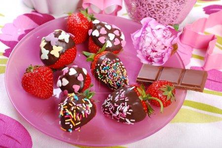 fraises fraîches recouvertes de chocolat et saupoudrées colorées