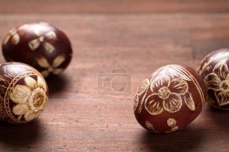Photo pour Œufs de Pâques avec des fleurs rayées à la main sur fond de table en bois. Macro shot, espace de copie - image libre de droit
