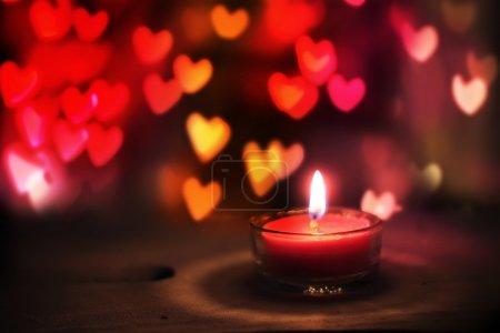 Photo pour Carte de voeux Saint-Valentin avec bougie et coeurs - image libre de droit