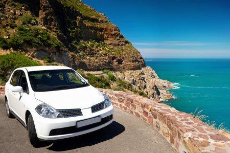 Photo pour Point de vue panoramique de la route en vacances avec la voiture de location - image libre de droit