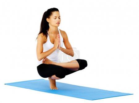 Photo pour Femme de yoga zen en pose de montagne détendue et calme. Cela fait partie d'une série de différentes poses de yoga par ce modèle, isolé sur blanc - image libre de droit