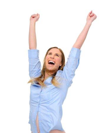 Photo pour Femme lève les bras au-dessus de la joie - image libre de droit
