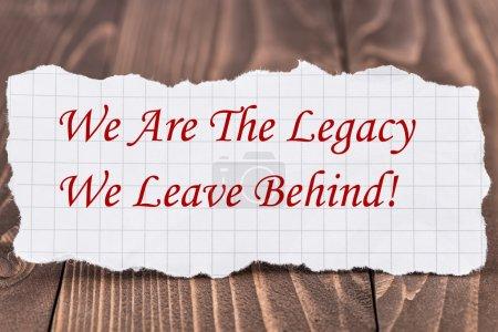 Photo pour Nous sommes l'héritage que nous laissons derrière, écrits sur un morceau de papier - image libre de droit
