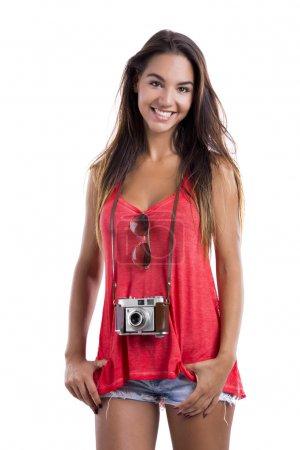 Foto de Hermosa joven sonriendo y posando con una vieja cámara vintage, aislada sobre fondo blanco - Imagen libre de derechos