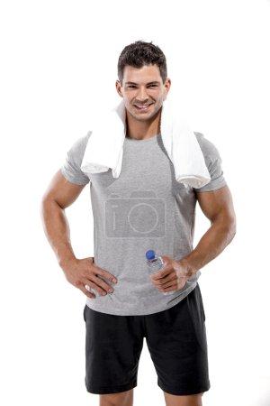 Photo pour Portrait d'un homme sportif après avoir fait des exercices et tenu une bouteille d'eau, isolé sur un fond blanc - image libre de droit