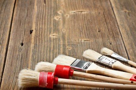 Photo pour Jeu de pinceaux sur le fond en bois - image libre de droit